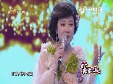 """笑果不一般:选手再现""""邓氏唱法"""" 评委现场被围粉"""