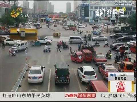 枣庄:三轮车侧翻冒烟 警民联手帮忙