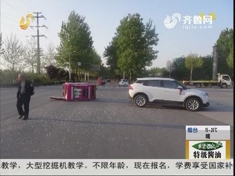 济宁:惊险!电动车闯红灯 撞上轿车
