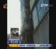 济南:老人被卡防盗窗 男子托举救人