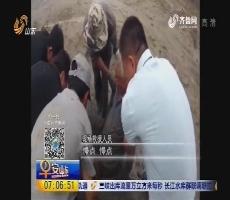 青岛:老人赶海陷海滩 警民徒手挖淤泥救人