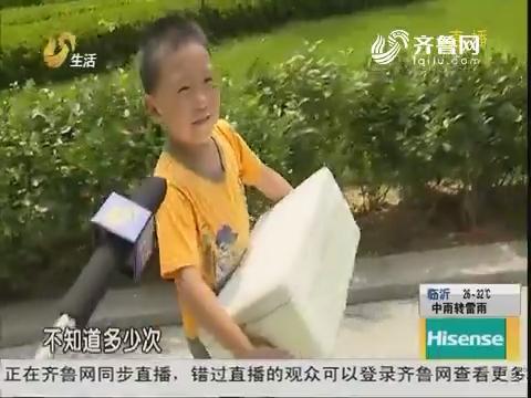 青岛:懂事!8岁男孩顶烈日卖冰棍