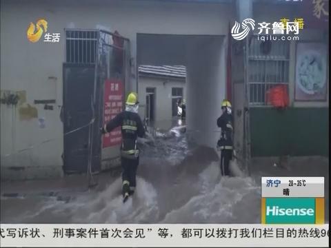 """莱阳:大水堵门 过道变""""河道"""""""