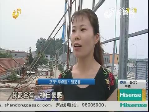 济宁:郊区小吃店 每天坚持升国旗