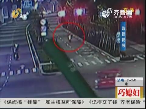 临沂:左右摇摆!摩托车冲向公交站