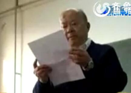74岁老教授向学生检讨
