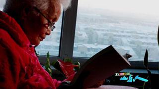 """花絮   """"传奇奶奶""""的""""有劲儿""""是她的写作关键?"""