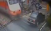 台湾高雄:轿车抢过平交道口 列车迎面驶来