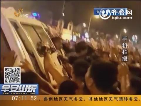 掀���9�#��'_济宁兖州:06月08日晚小区门口抢孩子 群众不明真相掀警车