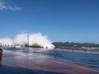 烟台滨海广场沿岸巨浪滔天!车在水中游