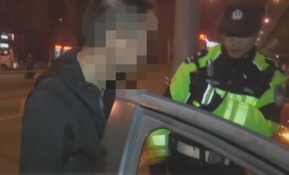 济南交警夜查酒驾 酒司机丑态百出