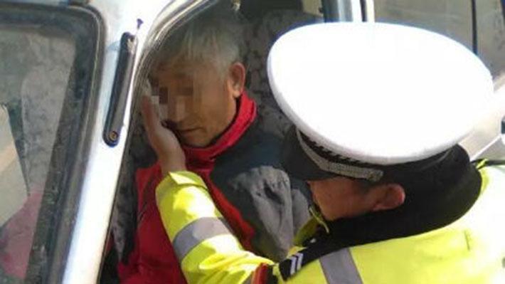 淄博:老人被撞 协警跪地救人