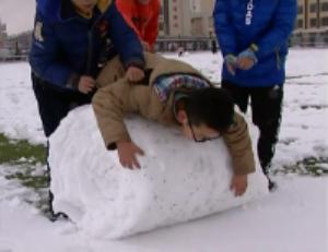 烟台:大雪纷来 孩童打雪仗尽显童趣
