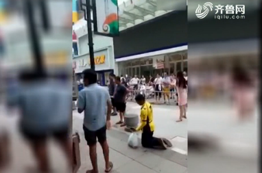 济南:送餐车违停被拖 外卖小哥跪下了