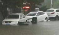 暴雨突袭青岛 短时间内多地积水严重