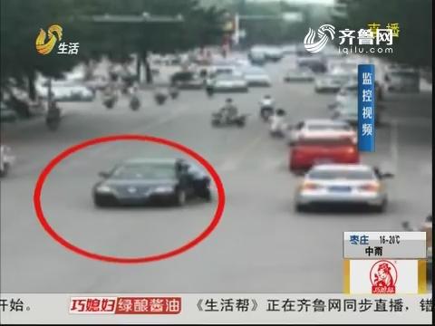 济宁:惊险!轿车拖行交警100米