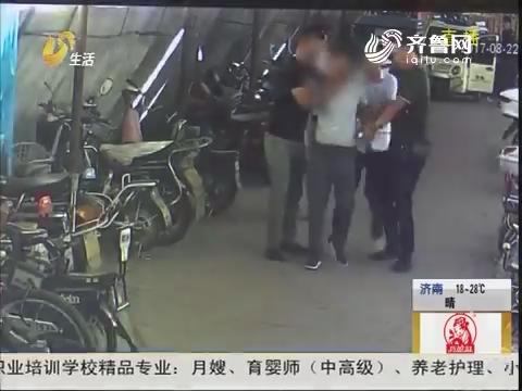 枣庄:摩托车擦肩而过 包不见了