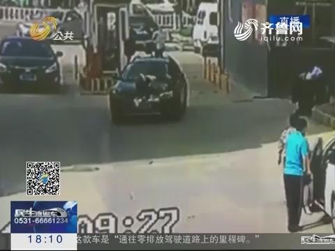 泰安:多大仇?小区门口男子开车碾轧女子