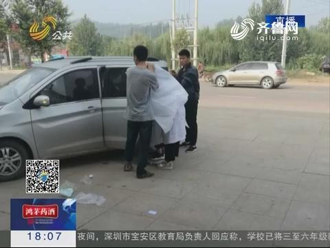 莒县:7个月身孕女医生车内为孕妇接生