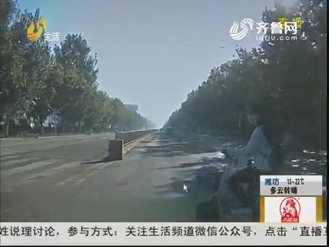 """济宁:女子骑车穿马路 瞬间被""""撞飞"""""""