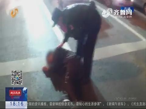济南:男子夜晚昏倒在路上 民警用身躯守护