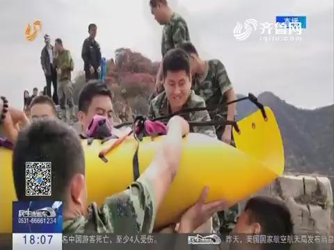 潍坊驴友不慎坠崖 消防官兵悬绳救人