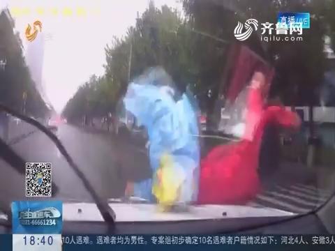 济宁:轿车司机不礼让斑马线 幼儿惨被撞飞