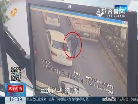 济南:车流中乱塞小广告 首次罚20再犯送派出所