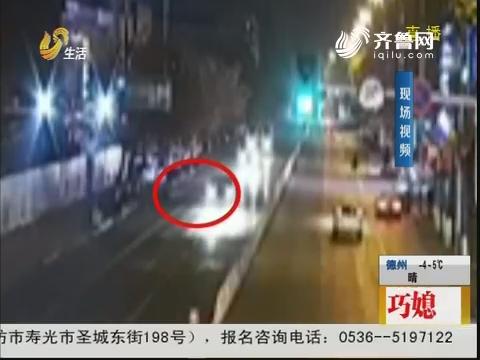 临沂:机动车道上行走 男子被撞飞