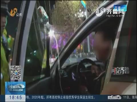 【问安齐鲁】齐河:车门上挂吊瓶 司机边开车边输液