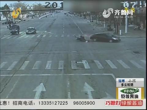 邹城:单手骑摩托 闯红灯酿事故