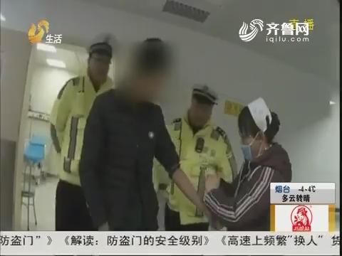 青岛:红绿灯路口 驾驶员倒头就睡