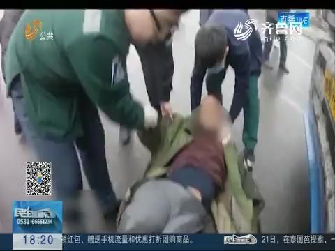 淄博:司机卷入车底 市民合力救援