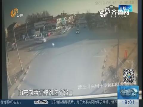 """潍坊:十字路口高速行驶不让行 轿车把救护车撞了个""""底朝天"""""""