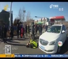 淄博:天寒地冻!小伙身着单衣站路边