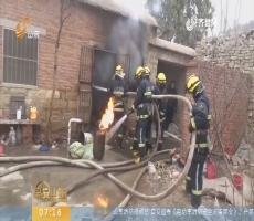 【闪电新闻排行榜】济南平阴:煤气罐倾倒燃烧 消防官兵抓起往外跑