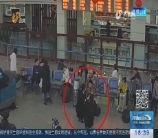 """济宁:女子沉迷手机忘了娃 男童车站""""丢""""妈妈"""
