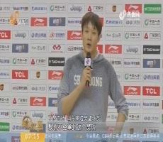 【闪电新闻排行榜】丁彦雨航领取常规赛本土MVP奖杯