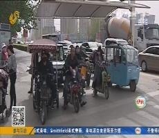 菏泽:男子钻车底 和警察玩捉迷藏