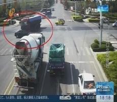 潍坊:大货车逆行闯红灯 推轿车前行五百米