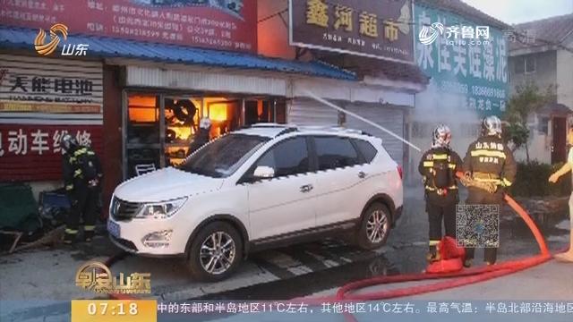 【闪电新闻排行榜】一家六口被困火场 消防官兵紧急成功施救