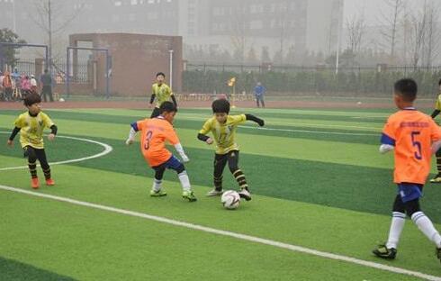 新泰:校园足球邀请赛开赛