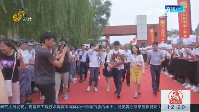 黄渤现场来助阵 四百人翻锅庆盛典