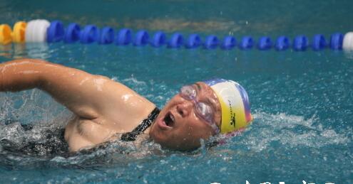 滕州:老年游泳选手水下竞技