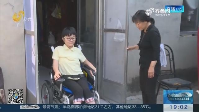 """【热点追踪】淄博:轮椅女孩康子鑫实现""""大学梦"""""""