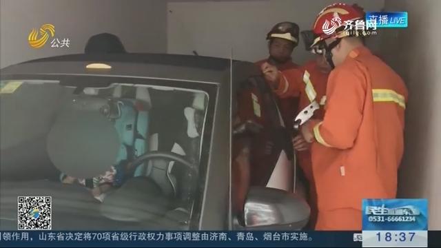 滕州:高温天气一岁孩子被锁车内 消防官兵撬窗解救
