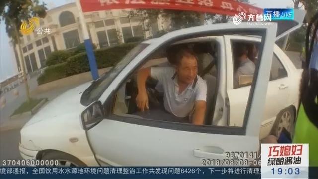 """枣庄:超员""""敞篷""""小轿车 拉了八人真任性"""
