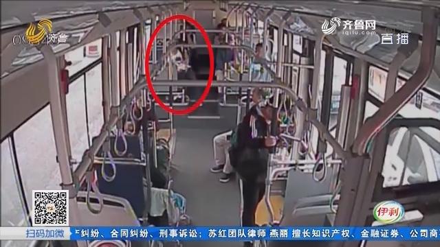 济南:揪心!公交车上女子突发疾病