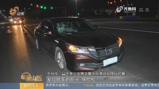 【闪电新闻排行榜】潍坊:过马路闯红灯 低头看手机被撞