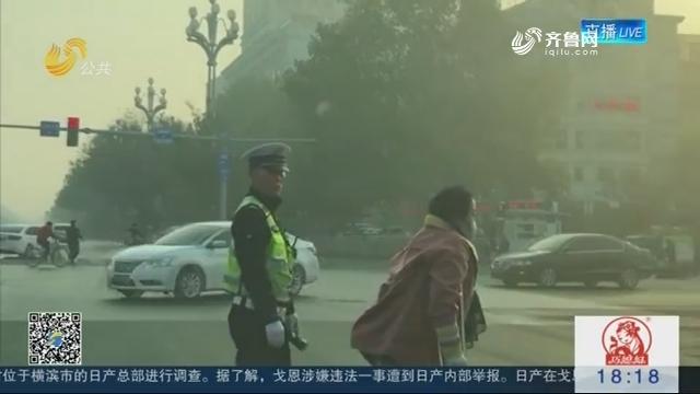 【身边正能量】残疾女士拄双拐过马路 聊城95后辅警全程默默护送